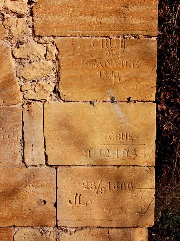 Marques des crues gravées dans la pierre | Photos Jacky Tronel