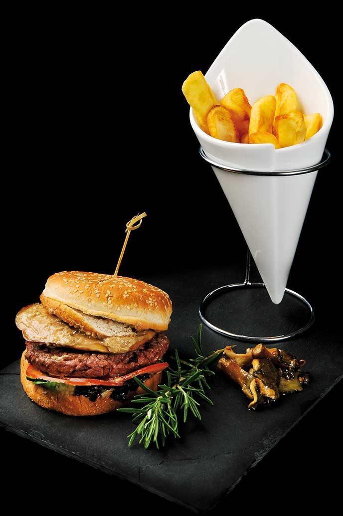 Un burger et des frites accompagnés d'une escalope de foie-gras sauce-aux-cêpes, façon Côte-Rivage