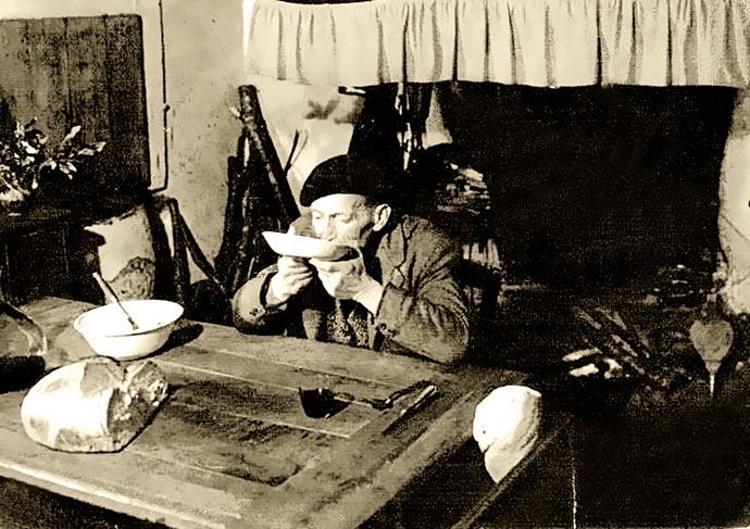 Chabrot sur un tourin – Carte postale antérieure à 1900, Public Domain, via Wikimedia Commons.