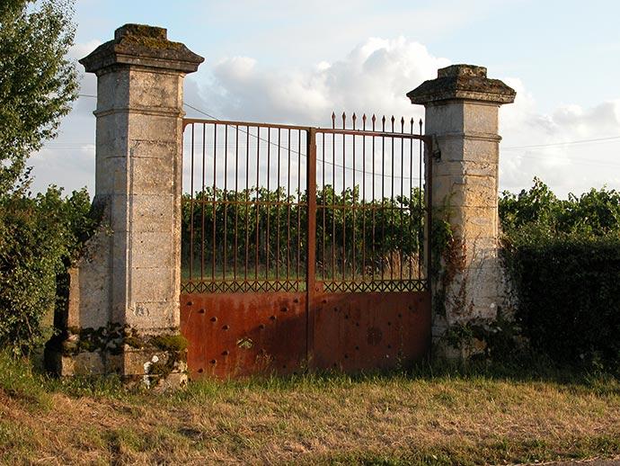 Portail dans le vignoble de Bergerac