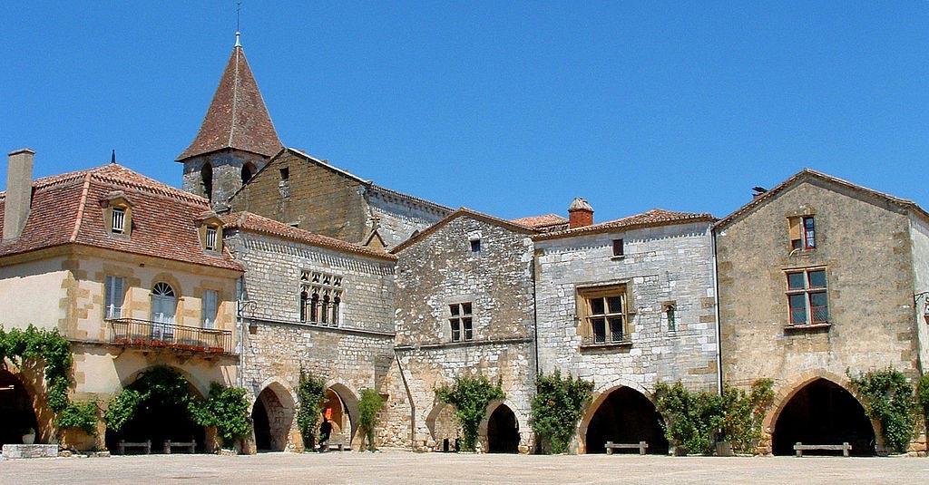 monpazier-place-des-cornieres-et-eglise-saint-dominique