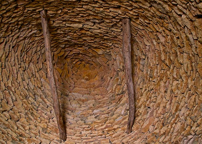 A l'intérieur de l'une des Cabanes du Breuil en pierres sèches, vue de la voûte en encorbellement, composée de pierres plates calcaires, les lauzes. Saint André d'Allas, Dordogne.
