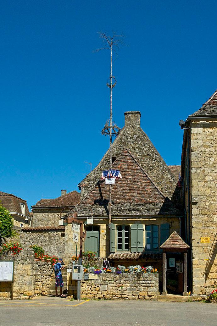Un arbre de mai à Domme, Dordogne