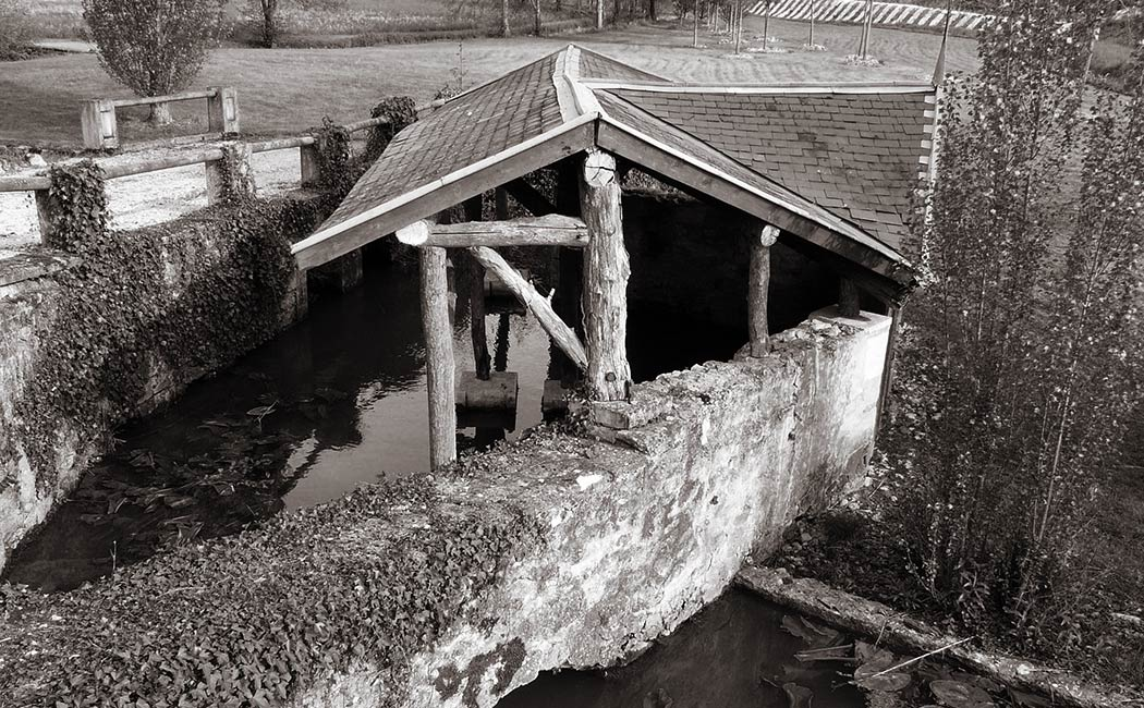 Histoire des lavoirs – Lavoir sur le ruisseau de Mesplier à Château-l'Évêque