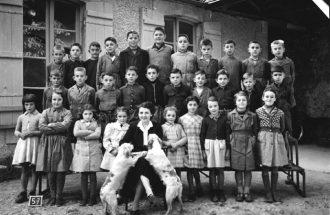 Simone Grignon et sa classe de CM2 à l'école d'Issigeac, 1953, coll. Christian Nouaille.