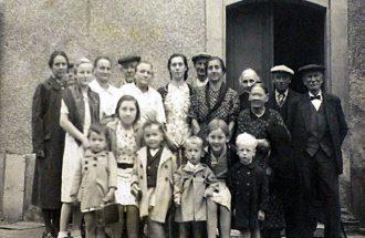 Les réfugiés alsaciens devant la maison de Pontours-Haut. De gauche à droite, au 1er rang: Théo Mary, Liliane Sigwald, Georges Mary, bébé Haas, Suzanne Rohner, bébé Haas; Au 2e rang: Mme Mary, M. Hauser, Marie-Madeleine Rohner, M. Rohner, Mme Rohner, Alice Sigwald, M. Haas, Mme Sigwald, Mme Mary mère, grand-mère Sigwald, M. Sigwald, grand-père Haas