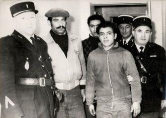 Trois des Algériens du MNA repris par les gendarmes sur la commune de Lacropte, le 9 novembre 1961, photo Agence France Presse.