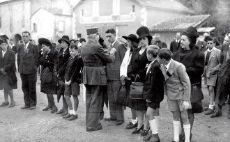 Remise de médailles place du 14 juillet à Lalinde, le 21 juin 1945, coll. Galerie Bondier-Lecat.