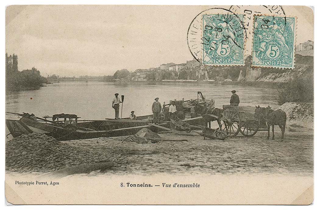 Des gens de la Rivière s'activent sur les quais du port de Tonneins