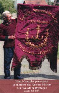 Henri Gonthier présentant la bannière des Anciens Marins des Rives de la Dordogne